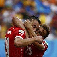 沙奇里进球后与队友拥吻庆祝