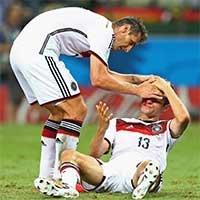 穆勒争顶头球被撞鲜血直流