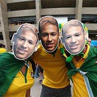 巴西众球迷戴内马尔面具 祝福早日康复