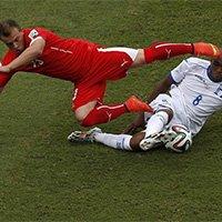 沙奇里与洪都拉斯球员争抢球权瞬间