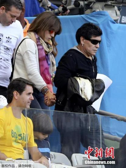 马拉多纳携爱女观战世界杯 墨镜遮面酷劲足