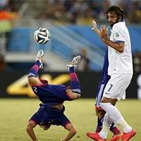 日本内田笃人比赛中遭遇对手冲撞摔倒