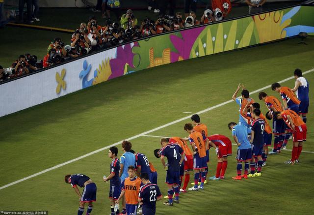 扎切罗尼带领全队向球迷鞠躬 发布会避谈辞职