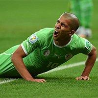 阿尔及利亚球员费古利倒地表情痛苦