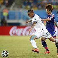 希腊霍莱巴斯带球突破遭遇日本球员围堵