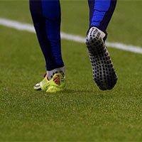 高清:西班牙1-5荷兰 罗本球鞋在拼抢中掉落