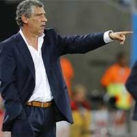 希腊主帅桑托斯场外指导场上球员