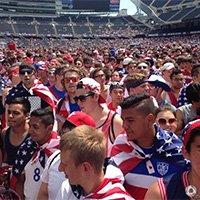 美国本土球迷氛围火热 齐聚当地广场加油