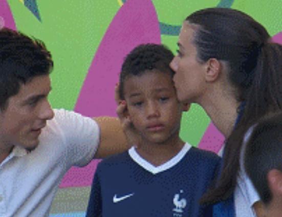 超萌法国小球迷泪眼朦胧 心碎得令人难直视!
