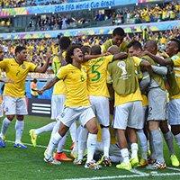 巴西队打入首球后狂欢庆祝