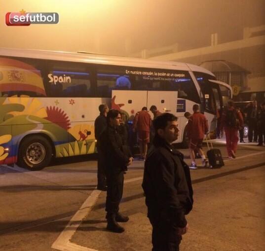 西班牙连夜返驻地 大巴开入机场内接走球队