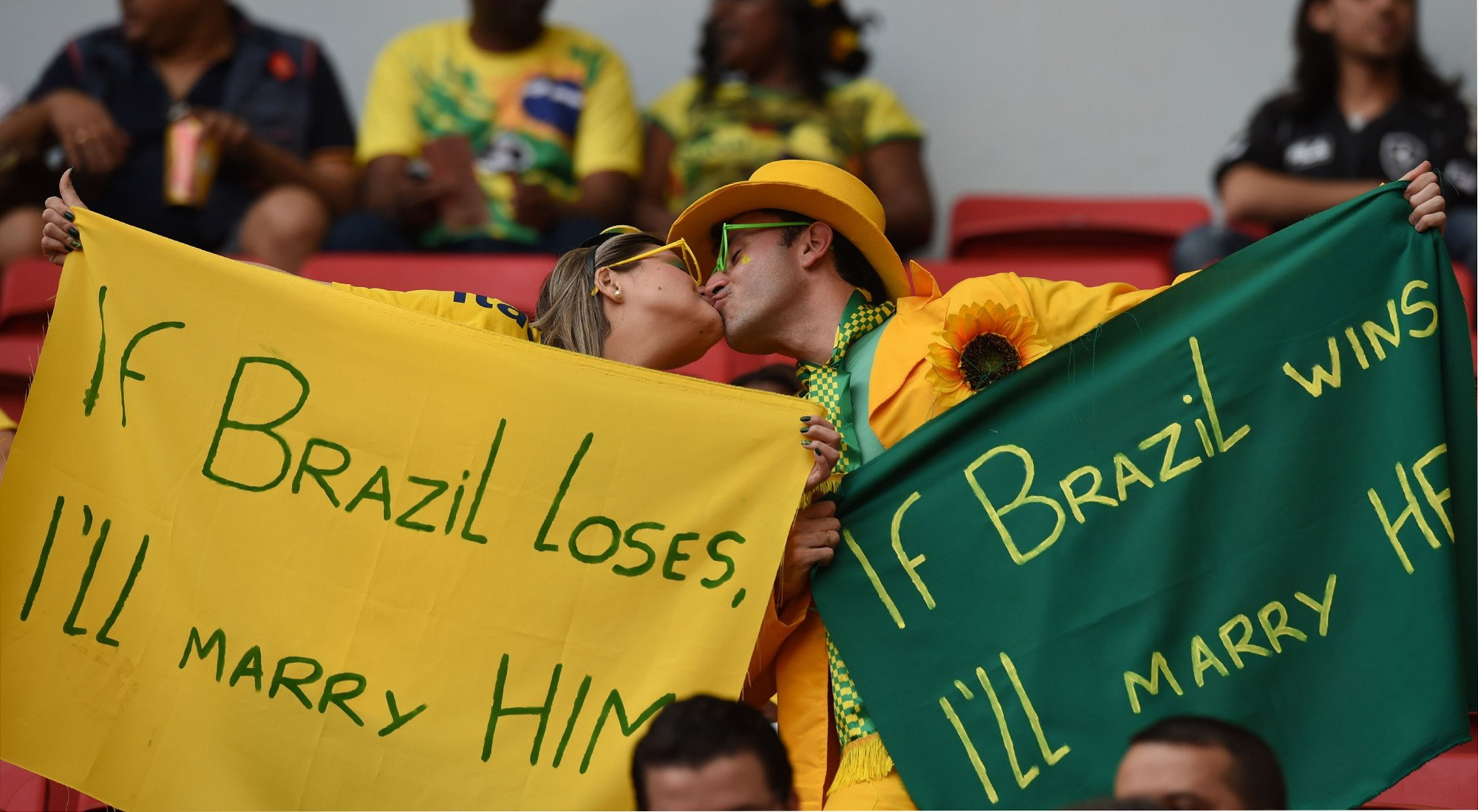 巴西球迷看台爱情宣誓 输赢都将在一起