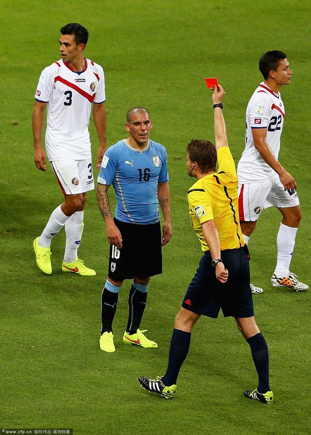 本届世界杯红牌诞生! 乌拉圭悍将夺命扫堂腿 -