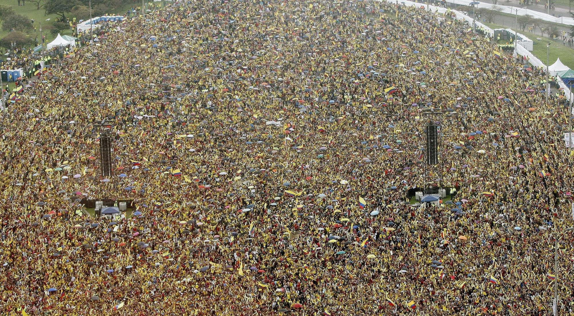 壮观!哥伦比亚队回国 万人迎接挤爆现场