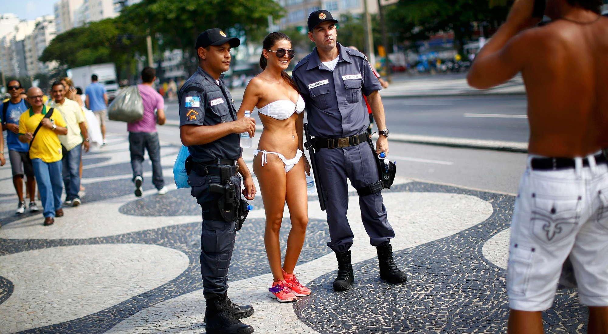 大战在即 比基尼美女合影巴西巡逻交警