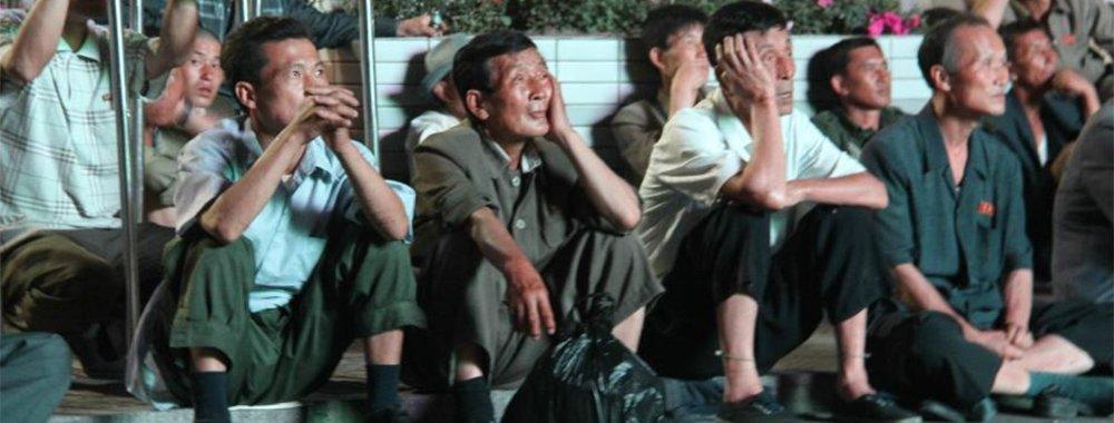 朝鲜球迷观战世界杯 广场席地而坐