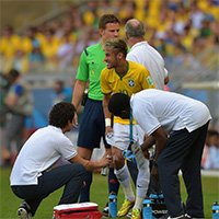 巴西内马尔接受紧急治疗中