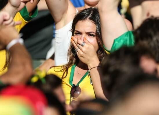 内马尔女友甜蜜助阵 巴西点球胜利后激动哭泣