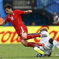 瑞士球员进攻中遭遇对手飞铲倒地瞬间