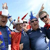 法国大叔级球迷场外演绎不疯魔不成活