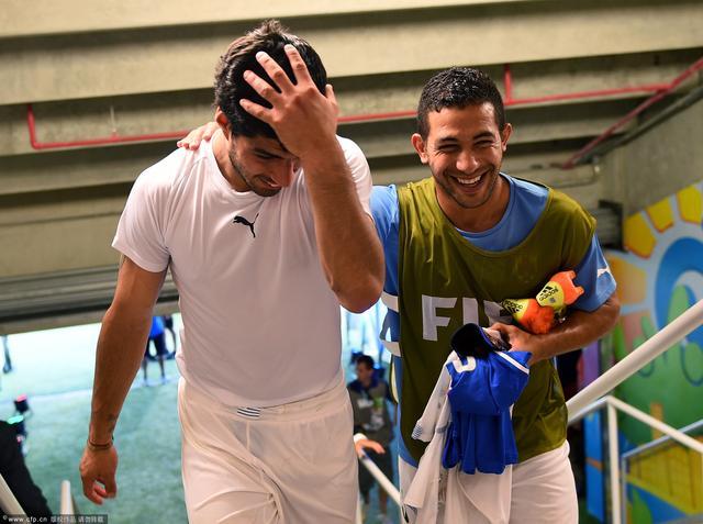 苏亚雷斯赛后绝口不提咬人:庆祝乌拉圭晋级!