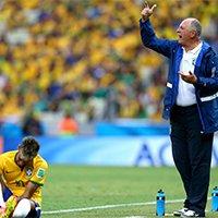 巴西队主教练斯科拉里场外指导球员