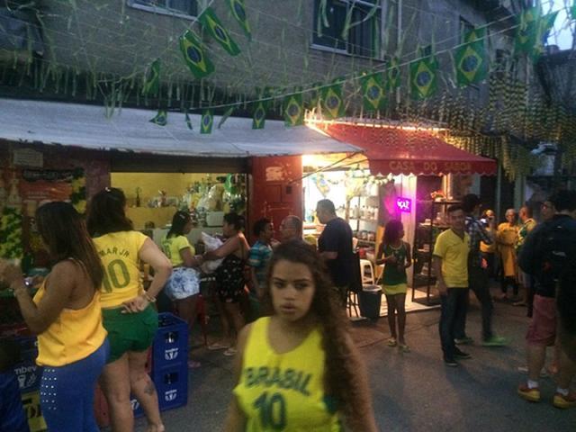腾讯5路记者直击巴西溃败:球迷乐观让人感动