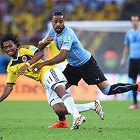 夸德拉多被乌拉圭队员放倒