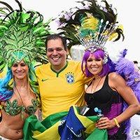 豪放巴西女球迷引异性球迷争相合影