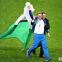 阿尔及利亚球迷闯入球场被安保人员控制