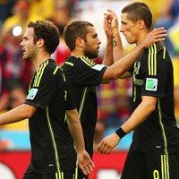 托雷斯与队友庆祝进球