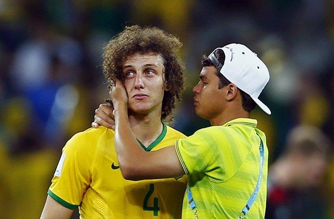 巴西队在半决赛中1-7惨败给德国队,赛后大卫路易斯痛哭流泪