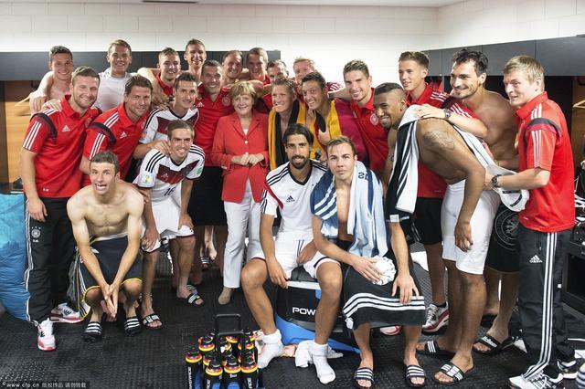 德国队赛后气氛轻松活跃 穆勒格策撞肩庆祝