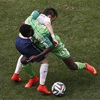 双方球员为争夺球权抱摔在一起