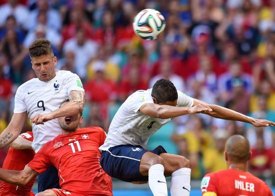 半场-法国3-0领先瑞士 2分钟2球本泽马失点球