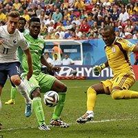 尼日利亚后卫雅博解围失误造成乌龙球