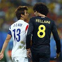费莱尼与具滋哲在足球场上交流