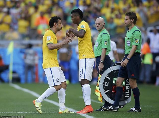 """巴西前锋""""弱""""到家了!英媒:请为1人让路"""