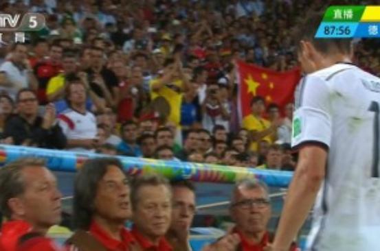 中国球迷现身巴西世界杯决赛 高举五星红旗