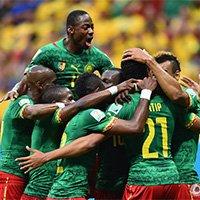 喀麦隆球员进球后拥抱在一起庆祝