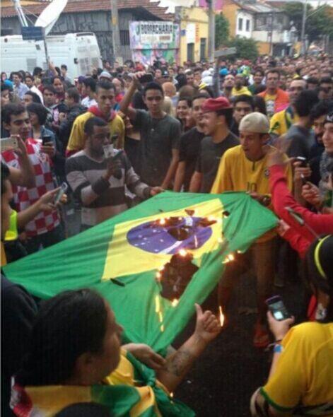 18分钟溃败致巴西球迷暴动 场外斗殴+烧国旗