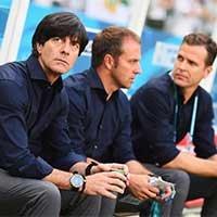 德国队主教练勒夫和助理教练场外淡定观战