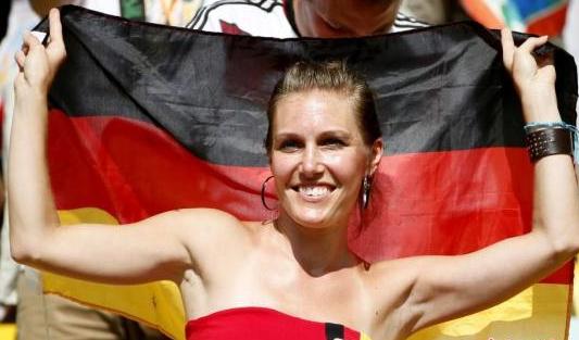德法战美女球迷抢镜 法国部长甜笑倾倒众人