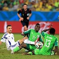 伊比舍维奇带球遭遇两名尼日利亚球员包夹倒地