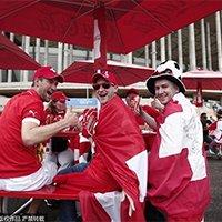 瑞士球迷披国旗热情助威