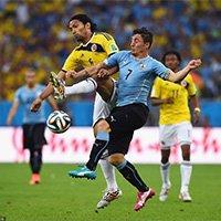 阿吉拉尔与乌拉圭队罗德里格斯拼抢