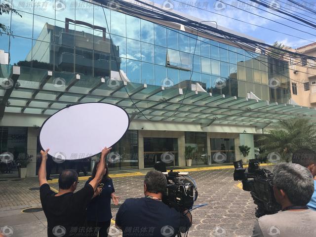 大量媒体围堵阿维兰热去世医院 院方拒绝发声