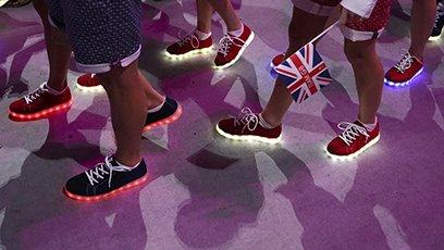 英国队的鞋亮了 白岩松:可以网购吗?
