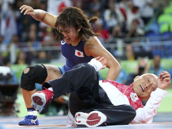日本摔跤手奇葩方式庆祝夺金:狠摔教练两次