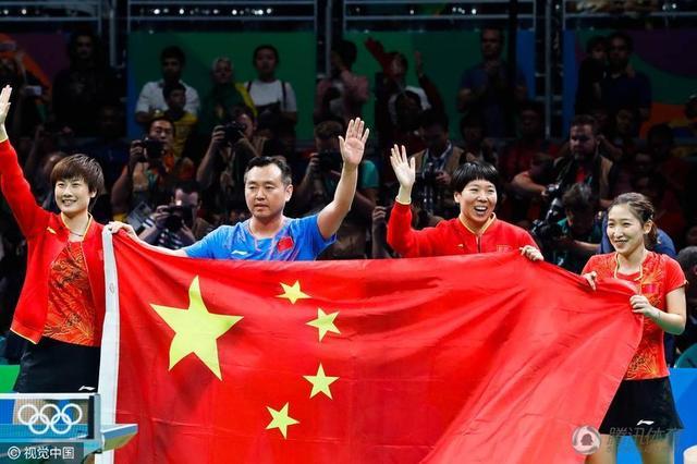 乒乓球记者挂三金拍照 盛赞:梦之队实至名归